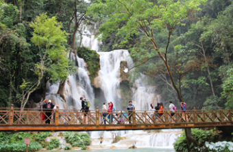 trekking-to-kuang-Si-Waterfall